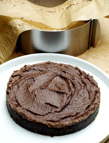 Démoulage du gâteau au chocolat sans cuisson