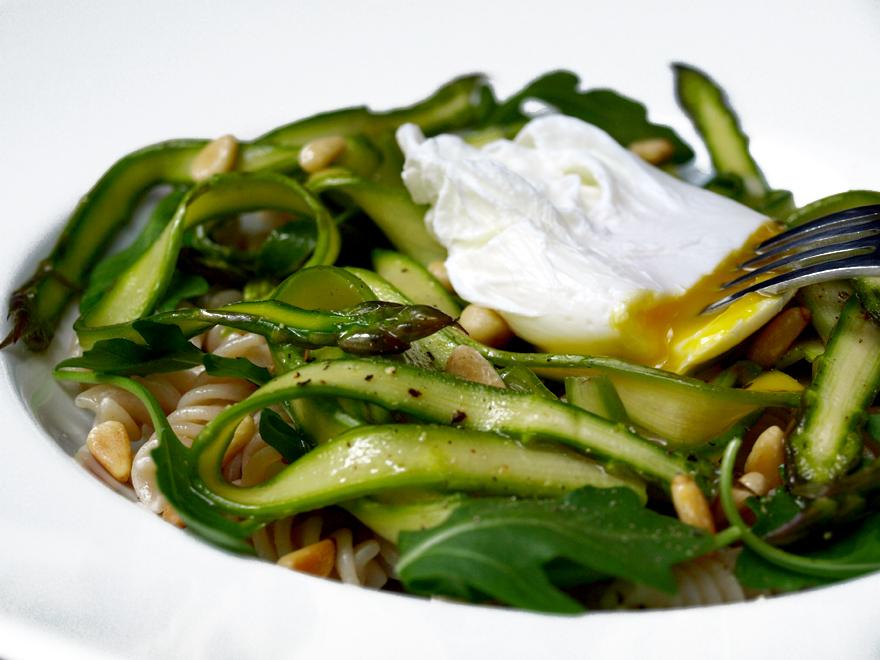 salade d asperges vertes croquantes son oeuf poch. Black Bedroom Furniture Sets. Home Design Ideas