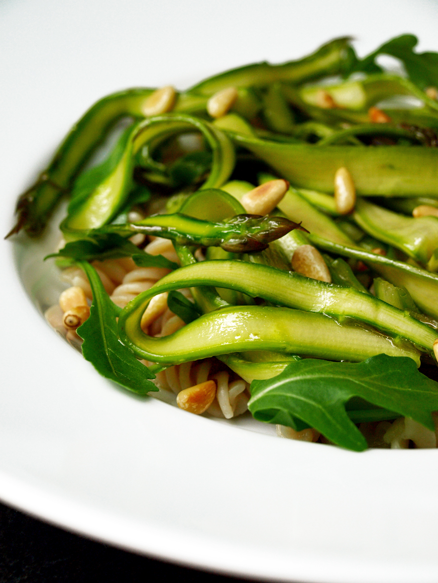 Salade d'asperges vertes dressée