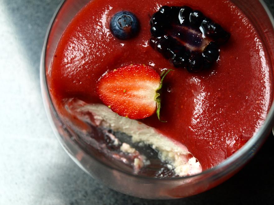 Verrine fraise, mousse beurre de cacao et noix de cajou