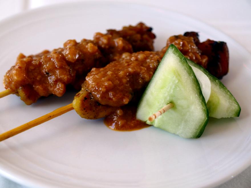 Brochettes de poulet satay et sauce cacahuètes