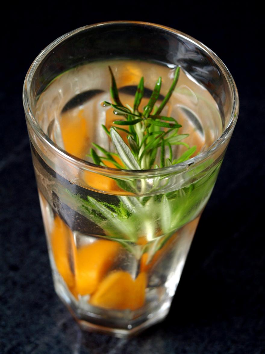 Detox water abricot-romarin