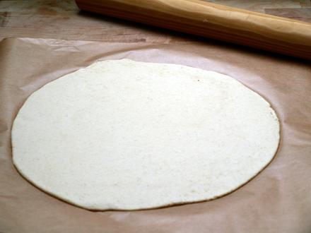 Pâte à pizza maison sans gluten, étalée
