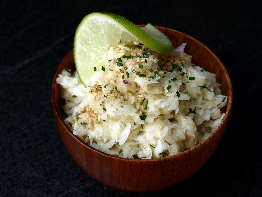 Salade de chou-rave, vinaigrette saveur d'Asie