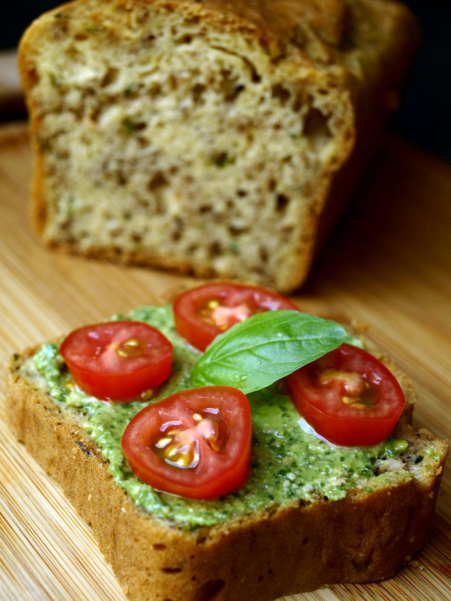 Tranche de cake sans gluten aux herbes