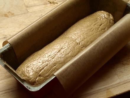 Pâte à pain brioché dans le moule à cake