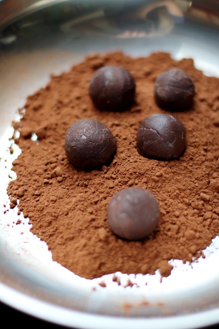 Roulage des truffes végétaliennes dans le cacao