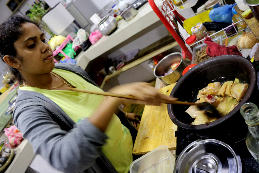 Cuisson du curry de poule sri-lankais
