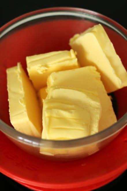 Beurre au-dessus d'un bain-marie